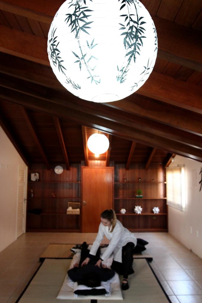 Raquel Dewes atuando com o Shiatsu Emocional (Foto de Ana Reuber)